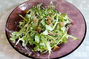 Сверху насыпать горсточку сухариков. При подаче на стол украсить маслинами и виноградом, дольками помидора. Салат готов, приятного аппетита!