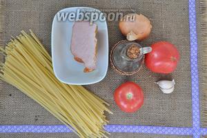 Для приготовления потребуется: масло оливковое, лук, чеснок, помидоры, паста, бекон, соль, перец, зелень, лавровый лист.