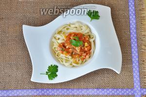 На тарелку выложить пасту, а сверху щедро выложить соус. Подавать горячей.