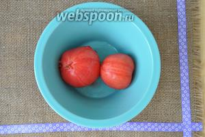 Слить кипяток и удалить с помидоров кожу.
