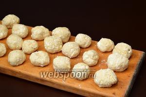 Сформировать небольшие кнедлики (чуть меньше, чем размер грецкого ореха). Для этого лучше всего руки смазать подсолнечным маслом, так как тесто липкое.