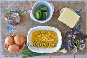 Приготовим макароны, шпинат, масло оливковое, сыр, лук, базилик, яйца, соль, перец, мускатный орех.