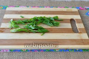 Зелёный лук нарезать наискосок.
