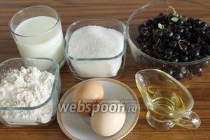 Для пирога понадобятся сахар, мука, разрыхлитель, ягоды (у меня смородина), молоко, яйца и растительное масло.