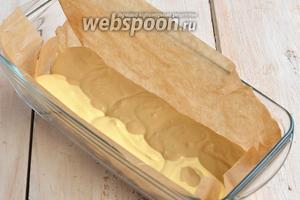 Форму для кексов выложить кулинарной бумагой. Выложить немного теста двух видов полосками.