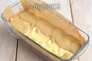 Затем над кофейной полоской массы выкладывать ванильную полоску и наоборот. Продолжать таким же образом до окончания двух видов массы.