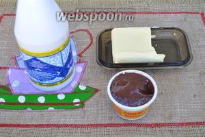 Пока капкейки остывают, приготовим крем из мягкого масла, сгущённого молока и шоколадного сыра.