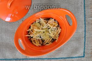 Посыпаем сыром и повторяем слои до заполнения формы. Баклажаны, в процессе запекания, впитают жир из сыра и не будут сухими.