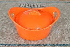Закрываем форму крышкой и ставим в духовку при 200°С на 25 минут.