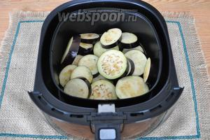 Сбрызнуть растительным маслом и поставить под гриль в духовке или в мультипечь. Я использую мультиечь. Для этого разогреем печь при 200°С 3 минуты и ставим в неё баклажаны.