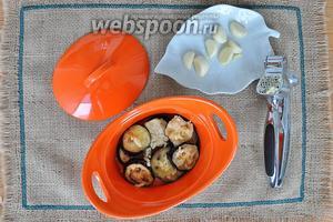 Посыпаем чесноком или мелко нарезанным, или пропущенным через давилку, добавляем немного зелени (по желанию).