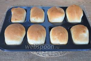 Хлеб выпекся и его можно вынуть из формы. Булочки сами выпадают из неё.