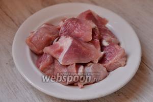 Подготавливаем изначально все необходимые ингредиенты. Мясо нарезаем кубиками средних размеров.