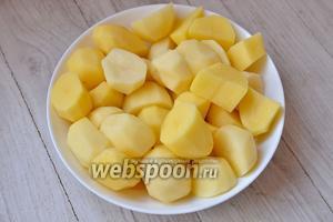 Картофель разрезаем на 4 части.