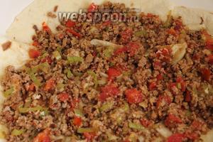 В сковороду наливаем 1-2 ст. л. растительного масла, поворачиваем сковороду по кругу, чтобы масло разлилось по всей поверхности посуды, ждём чтобы оно разогрелось (не накалять) и кладём лаваш. На лаваш рассыпаем начинку. Стараемся, чтобы было равномерно.