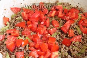 Затем добавляем кубики помидора, перемешиваем и обжариваем до полного выпарения жидкости (помидор даст некоторый сок, нужно его выпарить, но без фанатизма!).