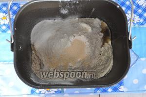 В ведро для хлебопечи вначале кладутся мокрые составляющие, затем сухие по списку, дрожжи сыпем на муку.