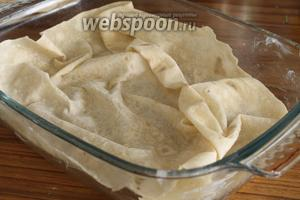 Форму для запекания смазываем маслом. Лаваш, как бы приминая, укладываем в форму так, чтобы были складки.