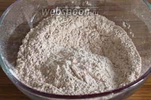 Сначала просеим в миску муку вместе с разрыхлителем и какао, добавим щепотку соли и перемешаем.