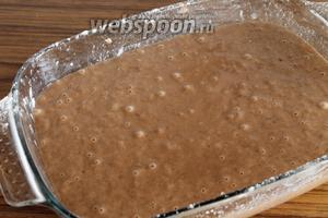 Вылить тесто в форму, смазанную маслом и присыпанную мукой.