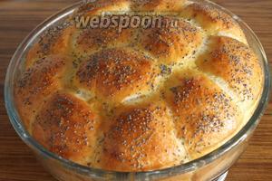 Получается очень пышный, как булка, хлеб. Традиционно его подают с солёным домашним творогом.