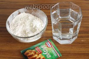 Сначала замешивается самое обычное тесто для хлеба из муки и воды, с добавлением дрожжей, соли и сахара.