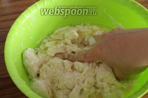 Вымешиваем, чтобы все добавленные ингредиенты впитались с тесто. Сначала это будет нелегко, но постепенно тесто вберёт в себя всю жидкость.