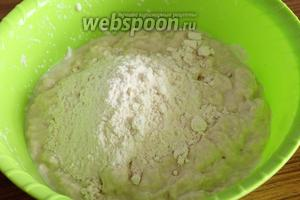 И только теперь, когда жидкие продукты впитались в тесто, добавляем постепенно муку, замешивая тесто. В итоге должно получиться мягкое, нежное, не липнущее к рукам тесто.