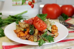 Тёплый салат с кабачком и фасолью
