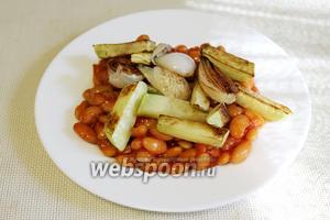 Выложить на фасоль горячие овощи.