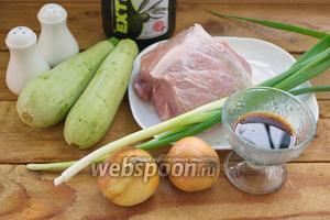 Для приготовления блюда нам понадобятся: свинина, 2 молодых кабачка, лук репчатый, соевый соус, соль и перец, зелёный лук, любое растительное масло, но я беру оливковое. Готовить будем в сковороде с антипригарным покрытием.