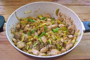 В сковороду влейте соевый соус. Перемешайте. Тушите на среднем огне до уваривания соуса. При необходимости досолите, но не добавляйте больше соевого соуса. На мой взгляд, соевый соус даёт не только соль, но и вкус. Перенасыщение блюда соусом нежелательно. Помешивайте. Когда мясо будет готово, добавьте зелёный лук. Наше блюдо можно подавать к столу. На мой взгляд гарнир к такому мясу не обязательный.