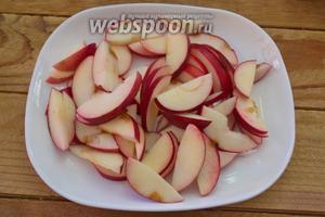 Яблоки очистить от серединок. Нарезать на тонкие дольки.