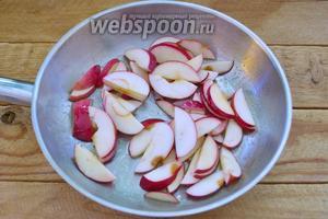 Растопите 2 ст. л. сливочного масла. Добавьте яблоки.