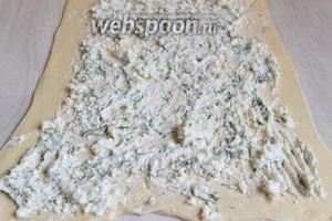 Раскатаем тесто в пласт. Выкладываем нашу начинку.