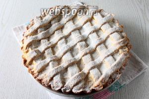 Вынимать пирог из формы лучше тогда, когда он полностью остынет. Пирог посыпьте по желанию сахарной пудрой. Наш яблочный пирог с ванильным кремом готов. Приятного чаепития!