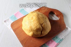 Добавьте размягчённый маргарин, ванилин и замесите тесто.