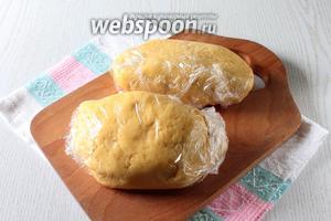 Тесто разделите на 2 части (одна часть немного больше другой), заверните в пищевую плёнку и уберите в холодильник на 1 час.