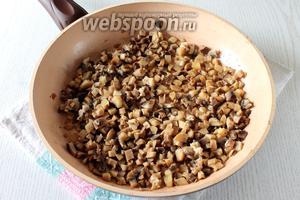 Шампиньоны измельчите и обжарьте на сливочном и растительном масле до выпаривания жидкости.