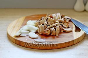 Грибы и лук нарезать тонкими пластинами.
