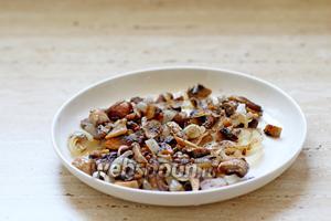 Обжарить лук и грибы на 1 ст. л. оливкового масла  до готовности, посолить и поперчить.