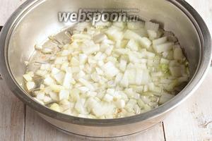 Лук очистить и порезать кубиком. Поджарить на растительном масле до полу-готовности.