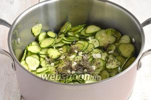 Добавить соль, сахар, подсолнечное масло, уксус, порезанный пластинками чеснок и оборванные семена укропа с небольшими веточками.