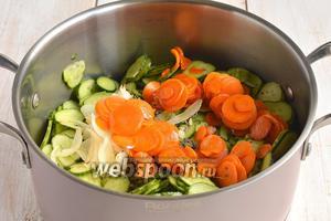 Добавить подготовленную морковь и лук.