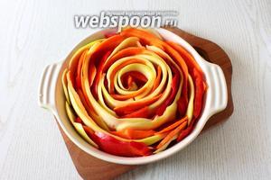 Форму смазываем растительным маслом и формируем запеканку. Начиная с середины, выкладываем овощные «лепестки» в виде розы по кругу, чередуя цвета. Диаметр моей формы 26 см.