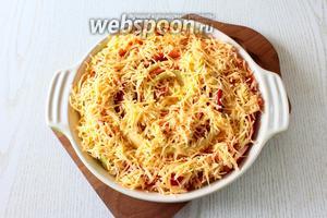 Посыпаем тёртым сыром. Ставим запекаться в заранее разогретую духовку до 180°С на 50-60 минут.