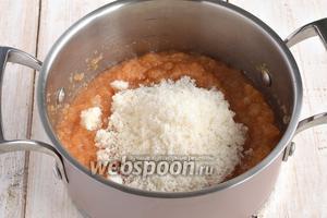 Добавить сахар. Проварить на протяжении 30 минут, помешивая.