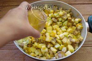 Перемешайте. Тушите 3-4 минуты. Теперь добавьте белое сухое вино. Перемешайте. Накройте крышкой. Тушите на среднем огне до готовности картофеля.