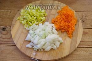 Болгарский перец очистить. Нарезать мелким кубиком. Морковь очистить и натереть на мелкой тёрке. Репчатый лук очистить и нарезать кубиком.
