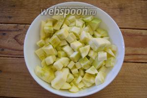 Очистите кабачок. Нарежьте его средними кубиками. Если ваш кабачок имеет крупные семена — их следует удалить перед нарезкой.